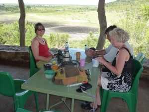 Waar anders het volle waterbekken van de Mlondozi rivier grote aantallen nijlpaarden, maar ook olifanten en neushoorns trekt, is vandaag geen wildlife te bekennen. Marjo Kruger 2012 046