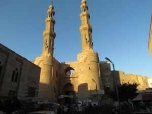Bab Zuweila is een indrukwekkende vesting-achtige toren in de oude stad met 2 hoge minaret torens. Bab Zuweila, is de laatst overgebleven poort van de drie belangrijkste toegangspoorten tot de stad uit de 11e eeuw.