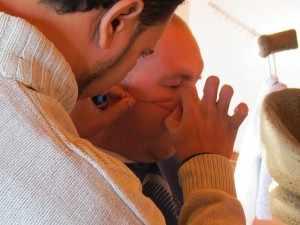 Bij het scheren hoort ook het epileren van de baardharen. Met een dun opgerold zijden draadje, dat de kapper aan een kant met zijn tanden vasthoudt, rolt hij behendig en razendsnel over de wang op en neer om de gezichtsharen uit het gelaat te trekken. Pijnlijke ontharing met een draadje.
