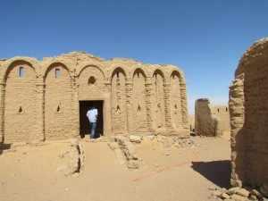 Bagawat is een dodendorp dat bekend is om zijn honderden tichelstenen grafmonumenten.