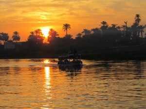 Felucca tocht tijdens zonsondergang in Luxor tijdens westelijke woestijn reis door Egypte