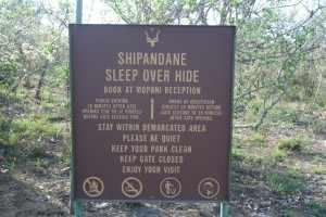 De Shipandane night hide ligt ligt, hemelsbreed, hooguit vijf kilometer van het Mopani kamp af. IMG_3162