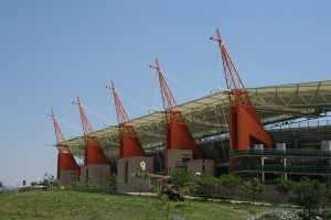 Op weg naar Nelspruit rijzen de giraffekoppen van het Mbombela voetbalstadion op, bekend van de laatste wereldkampioenschappen tussen de heuvels.