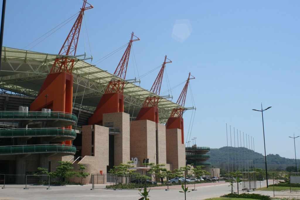 Ik schiet overeind wanneer het Mbombela stadion, het Giraffestadion van Nelspruit, in het zicht komt