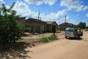 Niet ver van de Paul Kruger Gate staat een huis in aanbouw, waar Elina met haar gezin woont.