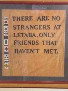 Er hangt een bordje met een mooie, toepasselijke tekst bij de kampshop, een tegeltjes wijsheid: 'There are no strangers at Letaba, only friends that you haven't met.' Er zijn geen vreemdelingen in kamp Letaba, alleen vrienden die je nog niet ontmoet hebt. Letaba