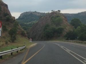 Een rit vanaf Skukuza door een schitterend Zuid-Afrikaans landschap volgt. Veel oog voor die natuur hebben ze overigens deze keer niet. Zuid Afrika