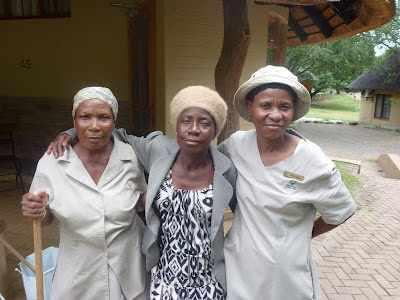Flora te midden van twee vriendinnen - de 10.000ste Kruger-site bezoeker op Krugerpark Afrika Wildlife