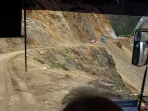 De wegen in Ecuador zijn een evenement op zich. Bijvoorbeeld de Pan America Highway, de langste snelweg ter wereld, loopt met een lengte van 27.000 kilometer van Alaska tot Chili en doorkruist daarbij meer dan 20 landen. P1050186