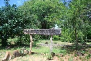 De Paul Kruger Gate is de toegangspoort naar kamp Skukuza. Hier staat, naast de vernieuwde ingang, nog steeds het oude vertrouwde houten toegangshekje: Krugerhek.